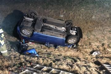 T1 Auto im Graben – Fahrer eingeschlossen