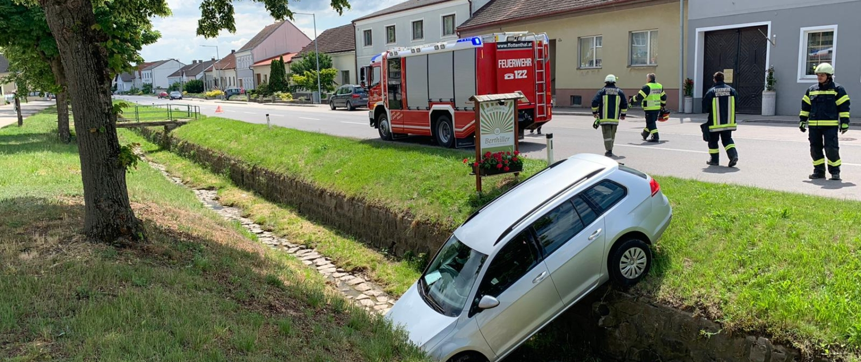 T1 Verkehrsunfall – PKW im Graben